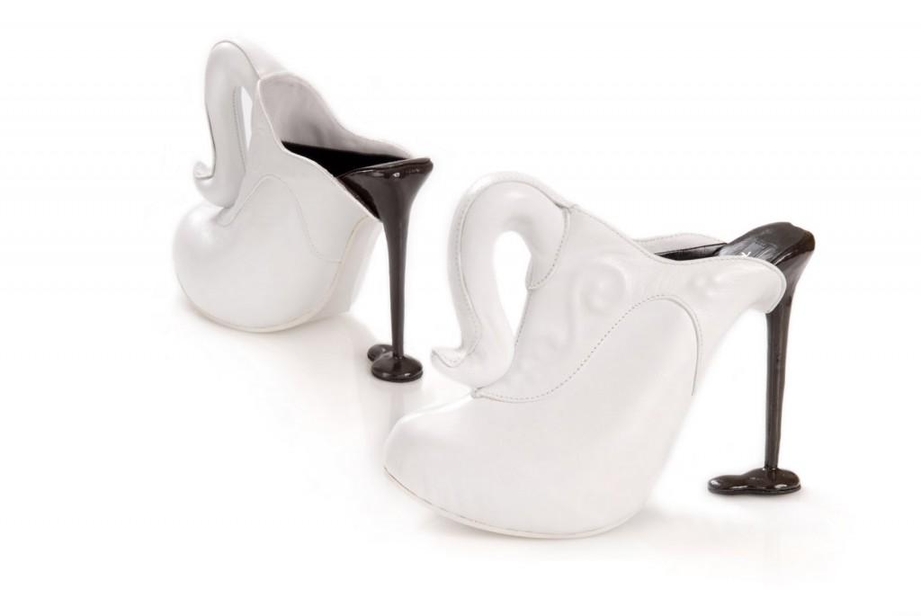 zdjęcie butów inspirowanych dzbankiem do kawy