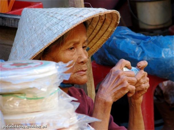 zdjęcie kobiety na targu w Wietnamie