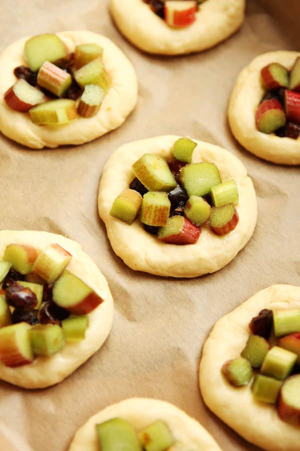 zdjęcie kulinarne drożdżówki z rabarbarem