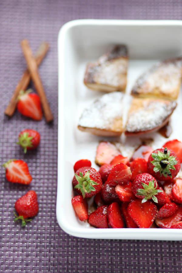 zdjęcie kulinarne truskawki z octem balsamicznym i pieprzem