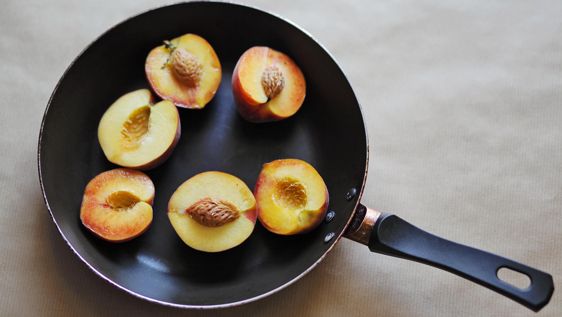 brzoskwinie z sosem jagodowym